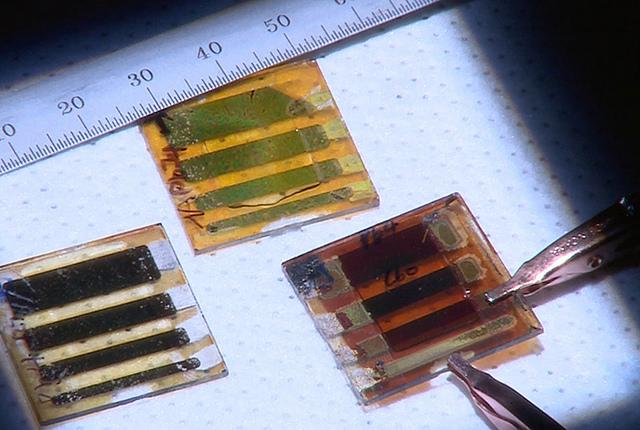 Toronto scientists print up glass solar cells